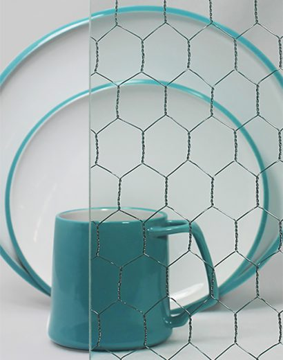 Фото образца армированного стекла с шестиугольными ячейками