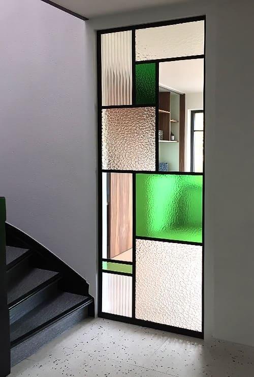 Межкомнатная дверь с цветными вставками