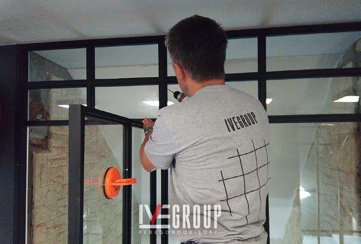 Монтаж перегородки с маятниковой дверью