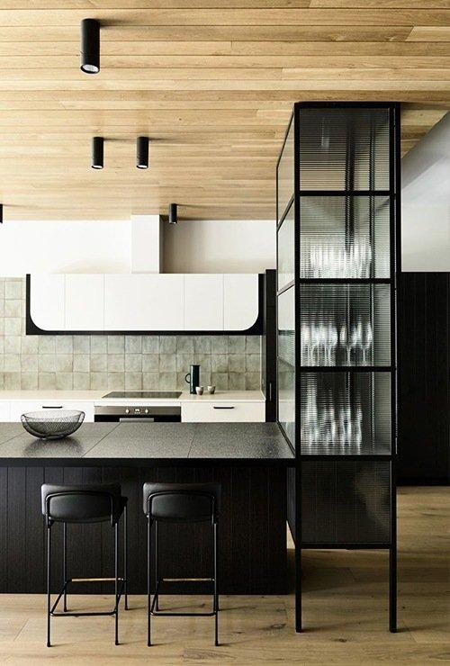 Кухонный шкаф для посуды из металла и стекла