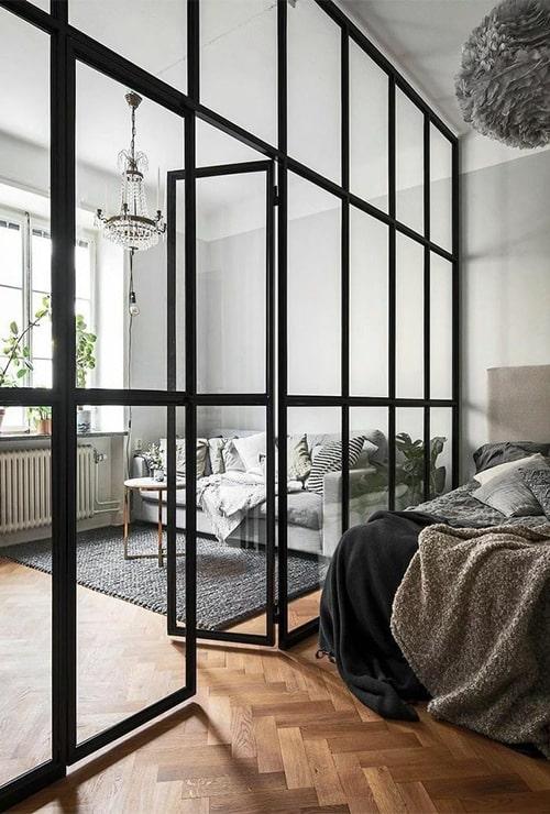 Перегородка между спальней с окном и гостиной