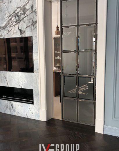 Изображение дизайнерской двери с пеналом в стену