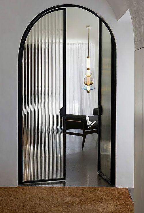 Фото арочной двери со стеклом 43