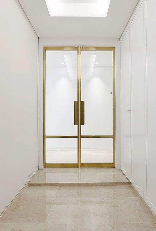 Двери в латунной раме фото 34
