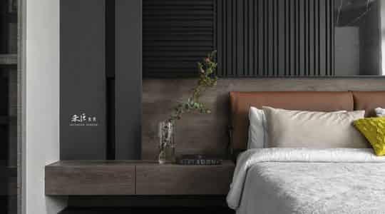 Спальня с перегородкой и стальной стеной фото