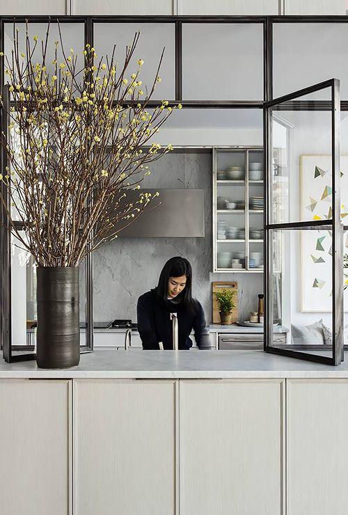Распашное окно между кухней и гостиной фото 5