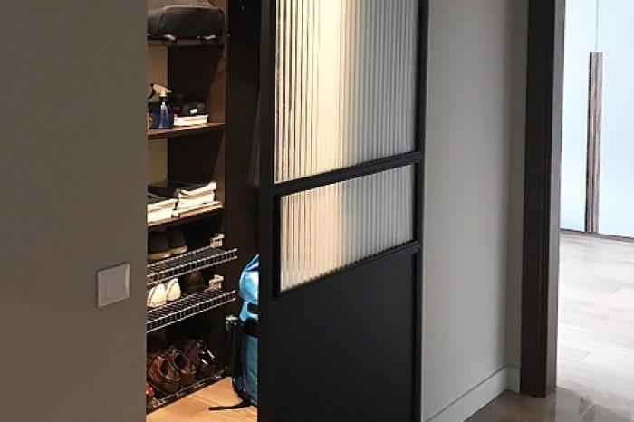 Настенная раздвижная дверь в гардероб