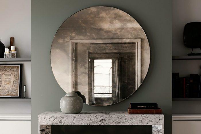 круглое зеркало в металлической оправе