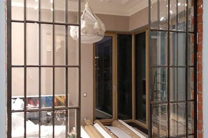 Перегородка с латунными раздвижными дверями