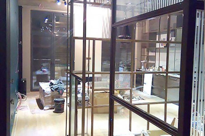 Угловая перегородка из латуни со стеклом фото