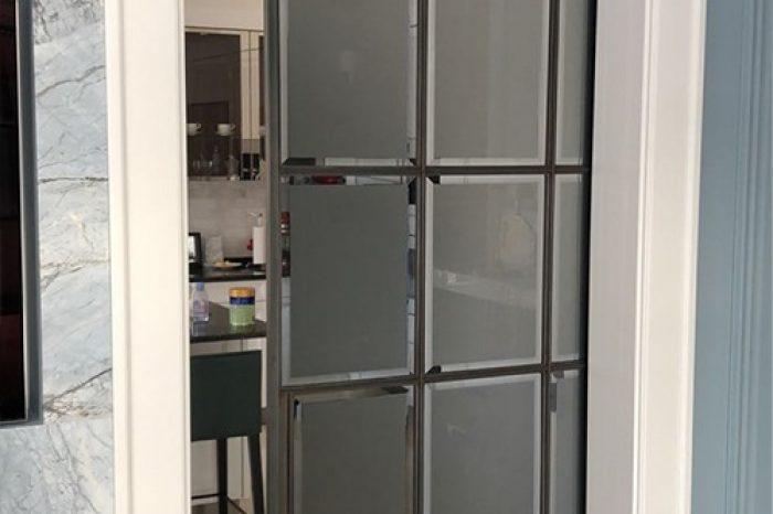 Дверь стеклянная в стену с пеналом