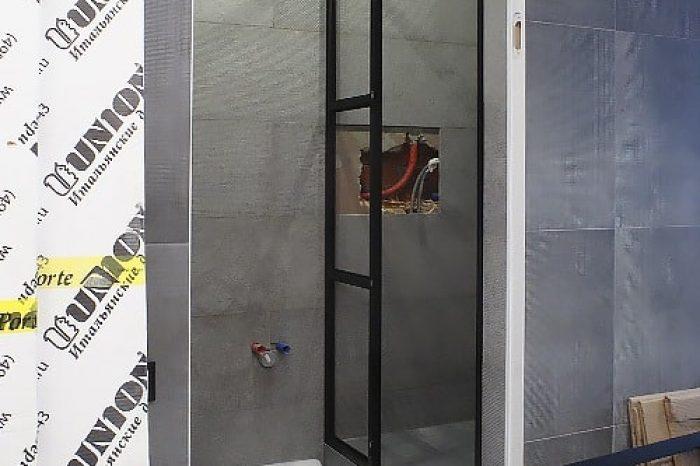 Монтаж фрамуги и двери в душ картинка