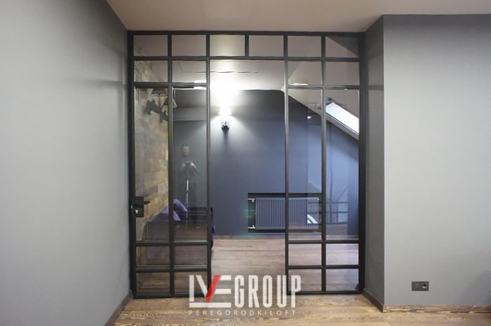 Межкомнатная стальная перегородка с дверью