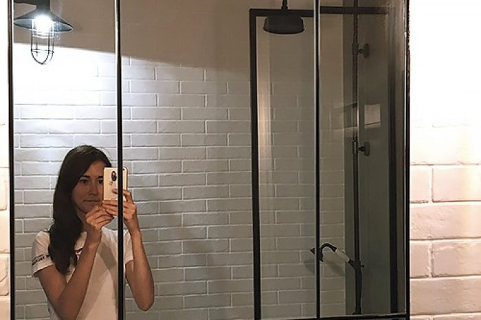 Отражение шторки на ванную в зеркале