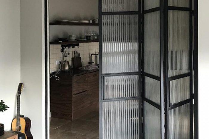 Перегородка со складными дверями фото